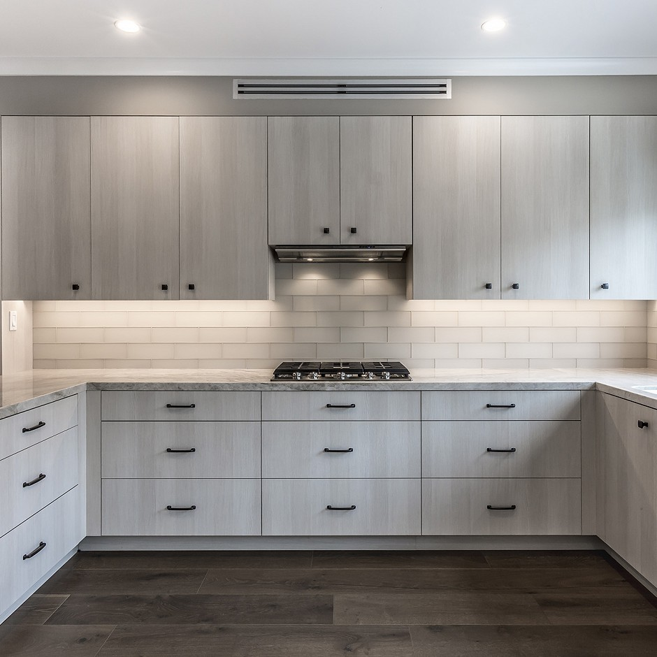 Refined kitchen with an uninterrupted backsplash